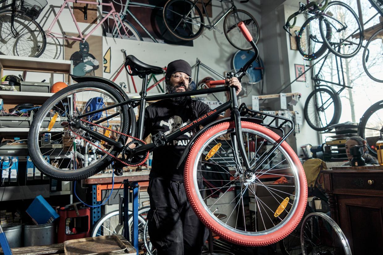 David van Madmen Bicycles Amsterdam maakt een Bloker Naked Bike rijklaar.  Beeld Jakob van Vliet
