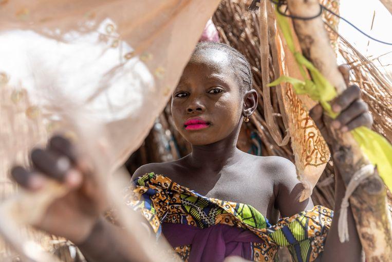 Een meisje in het vluchtelingenkamp van Mémé. Het is bekend dat Boko Haram jonge vrouwen ontvoert en uithuwelijkt aan zijn strijders.  Beeld