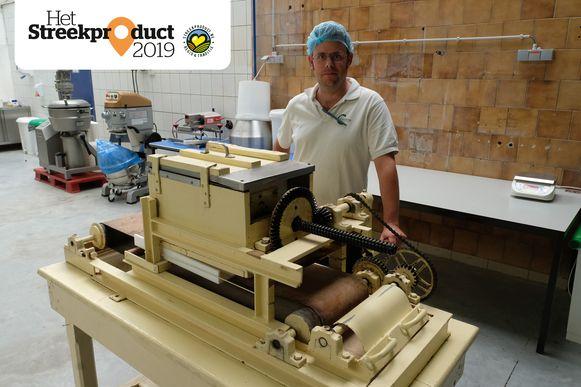 Dieter Van den Broeck van Carmina aan de machine waarmee de congolaiskes gemaakt worden.