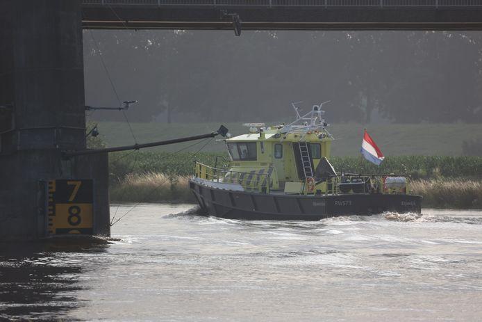 Rijkswaterstaat op de Afgedamde Maas bij Heusden, waar het water al erg hoog staat.