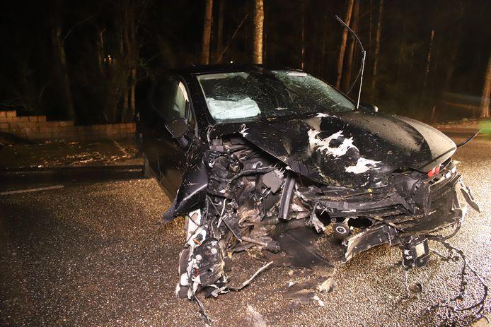 De auto is total loss geraakt in Appeltern.