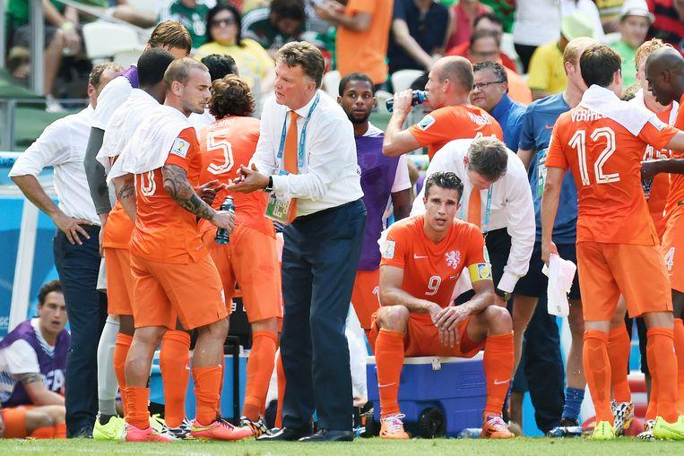 WK in Brazilië, 2014: Nederland - Mexico. Bondscoach Louis van Gaal praat in op Wesley Sneijder tijdens een drinkpauze. Beeld