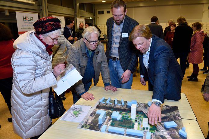 De twee ontwikkelaars van de Zangvogelweg, Kees van Loon (rechts) en naast hem Edwin Schoonderbeek, geven tekst en uitleg aan buurtbewoners en belangstellenden over hun woningbouwplannen.