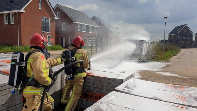 Trafohuisje Eersel in brand, brandweer moet dekking zoeken tijdens blussen vanwege explosies