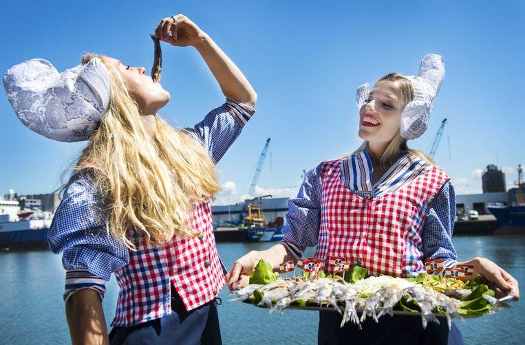 Haringmeisjes bij de veiling van het eerste vaatje Hollandse Nieuwe haring, de traditionele start van het haringseizoen. Beeld ANP