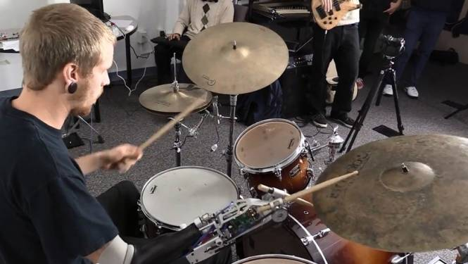 Cyborgdrummer maakt muziek met robotarm