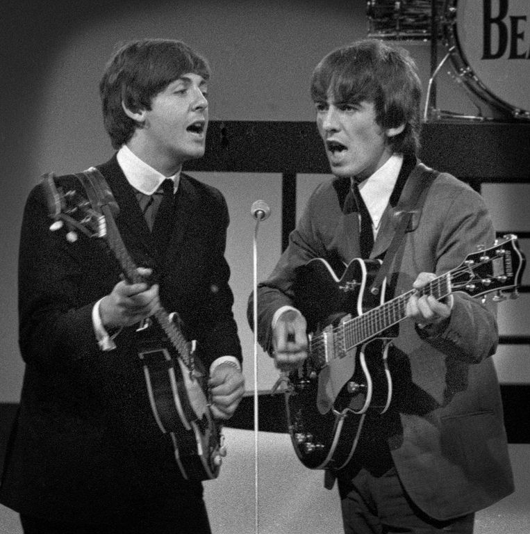 Paul McCartney en George Harrison van The Beatles in 1964.   Beeld Eddy Posthuma de Boer