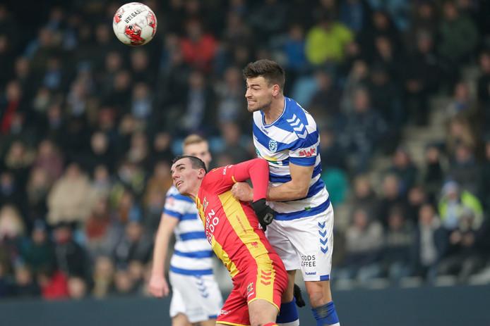 De Graafschap-verdediger Ted van de Pavert verslaat Antoine Rabillard van Go Ahead Eagles in de lucht.