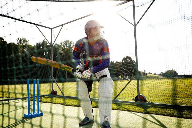 ► De werper (boven) en de batsman trainen bij de cricketclub uit Dresden. Het ledenaantal steeg er van 120 naar 250 in drie jaar. Beeld DANIEL ROSENTHAL