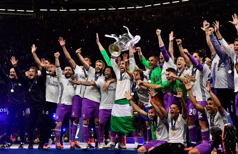 Real Madrid captain Sergio Ramos lifts the trophy after Real Madrid won the UEFA Champions League final football match between Juventus and Real Madrid at The Principality Stadium in Cardiff, south Wales, on June 3, 2017. / AFP PHOTO / JAVIER SORIANO Beeld null