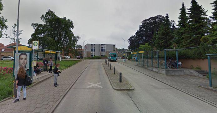 Het busstation in 's-Heerenberg  bij het monument van de Goede Herder