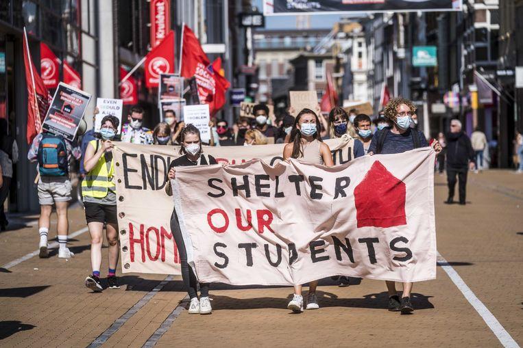 Deelnemers aan de protestmars S.O.S.(Shelter Our Students) in Groningen, eerder deze maand. Het initiatief van verschillende studenten en activistische organisaties koppelt dakloze studenten aan Groningers die een slaapplek over hebben.  Beeld ANP