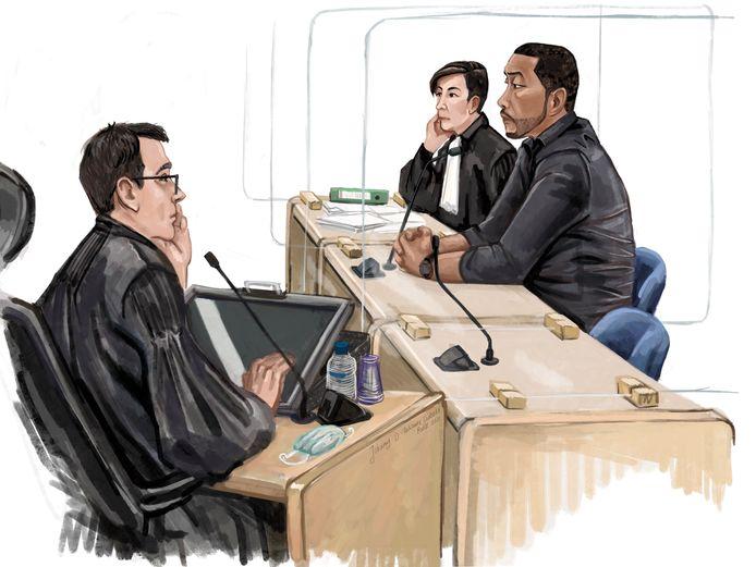 De officier van justitie (links in beeld) eiste acht jaar cel tegen Dordtenaar Johnny D. (rechts in beeld).