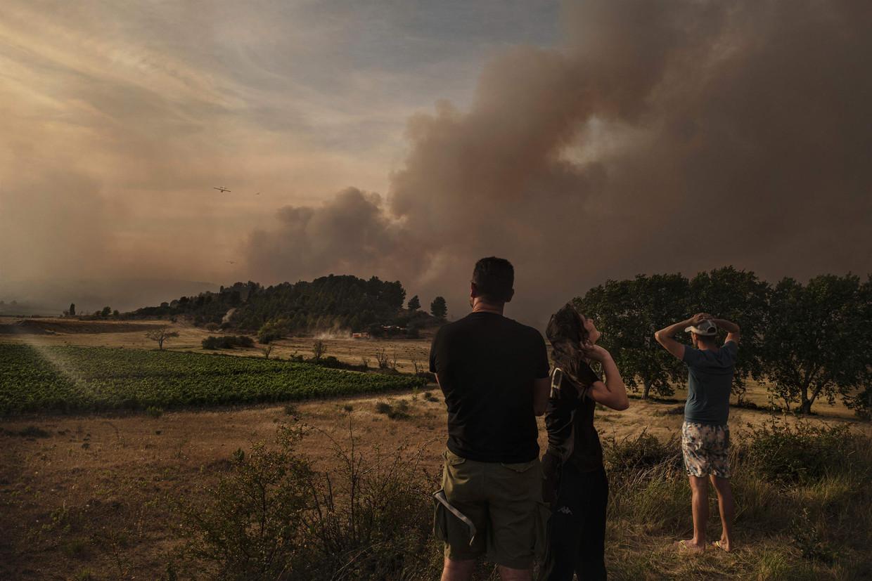 Ook in Frankrijk woeden branden, zoals hier bij het dorp Fabrezan. Beeld AFP