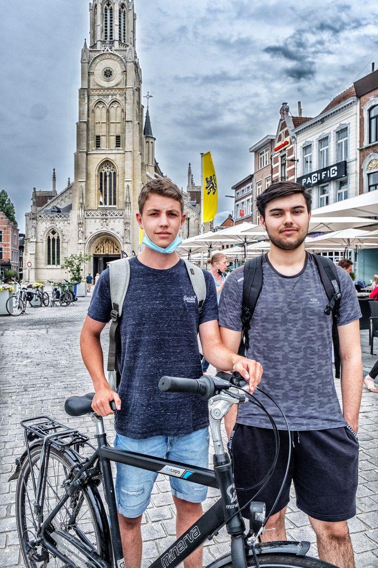 'Ik vind dat er nood is aan een nieuwe burgemeester', zegt student Jens Schalenbourg (r.). 'Heeren heeft misbruik gemaakt van haar positie en dat is onvergeeflijk.' Zijn kompaan Michael Van Olmen treedt hem daarin bij. Beeld Tim Dirven