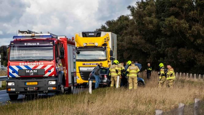 Vrachtwagen duwt personenauto in berm op A348 bij Ellecom; één gewonde