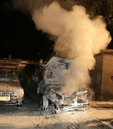 Auto brandt uit in Rosmalen