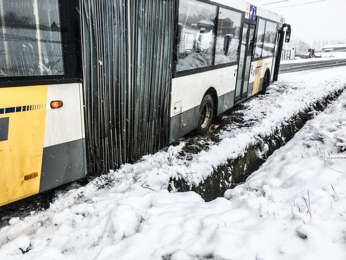 De bus was op het gladde wegdek niet meer in beweging te krijgen.