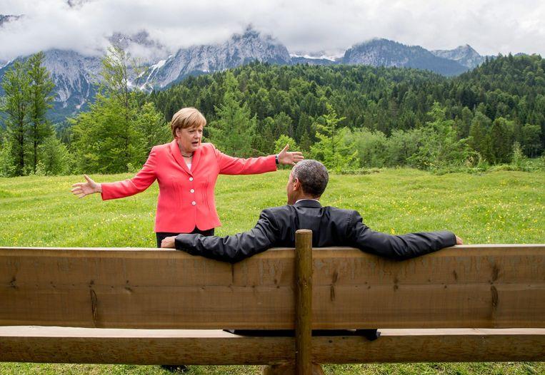 De Duitse bondskanselier Angela Merkel in gesprek met de Amerikaanse president Barack Obama tijdens een bijeenkomst van de G7 in Duitsland. Beeld AP