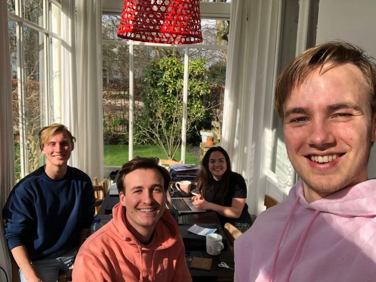 Studenten Jasper Veen, Thijs de Jongh, Amber Nagelhout en Naut van Teeseling koppelen met hun website hulpvragers aan mensen die het aanbieden. Beeld Naut van Teeseling