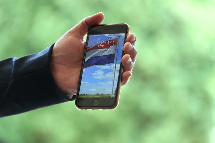De telefoon van Fouad Ahmad, met schermfoto van de Nederlandse vlag.