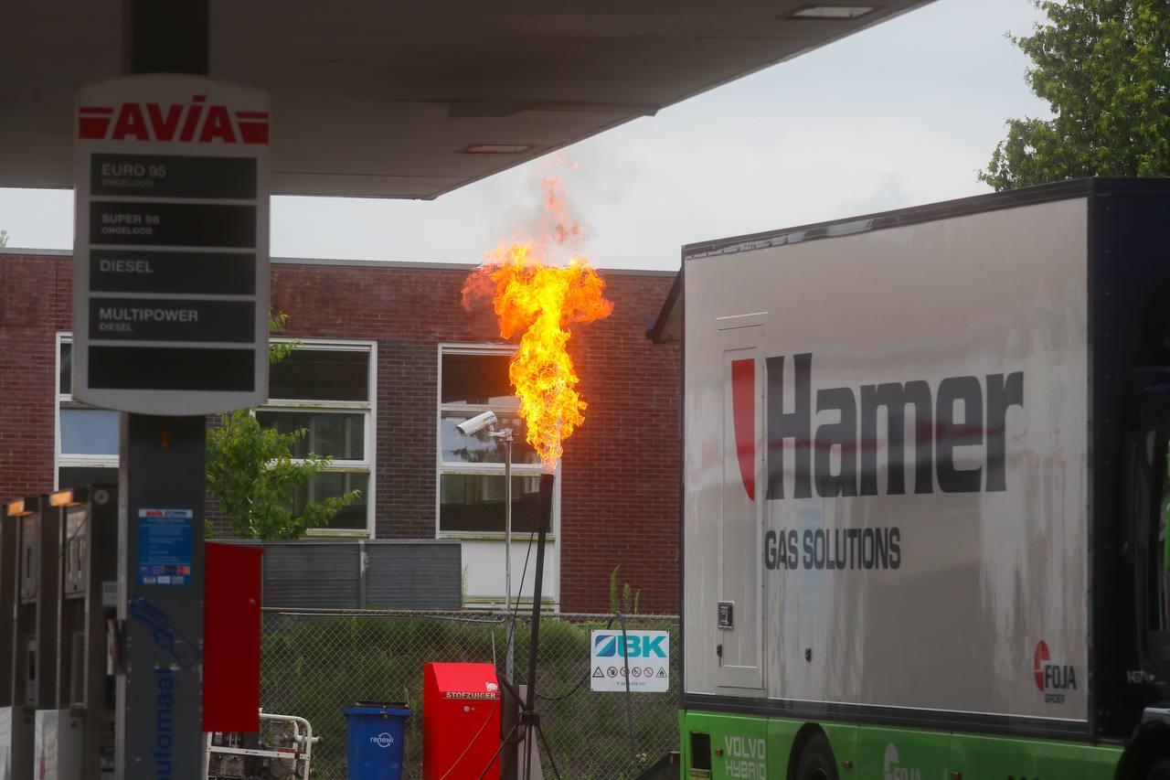 Een grote vlam op een tankstation ziet er gevaarlijk uit, toch is het zogeheten 'affakkelen' een heel gangbare manier om gastanks leeg te krijgen.