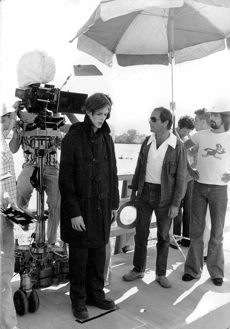 David Bowie en Nicolas Roeg op de set van 'The Man Who Fell to Earth', dat gebaseerd is op het gelijknamige boek van Walter Tevis. Beeld Corbis via Getty Images