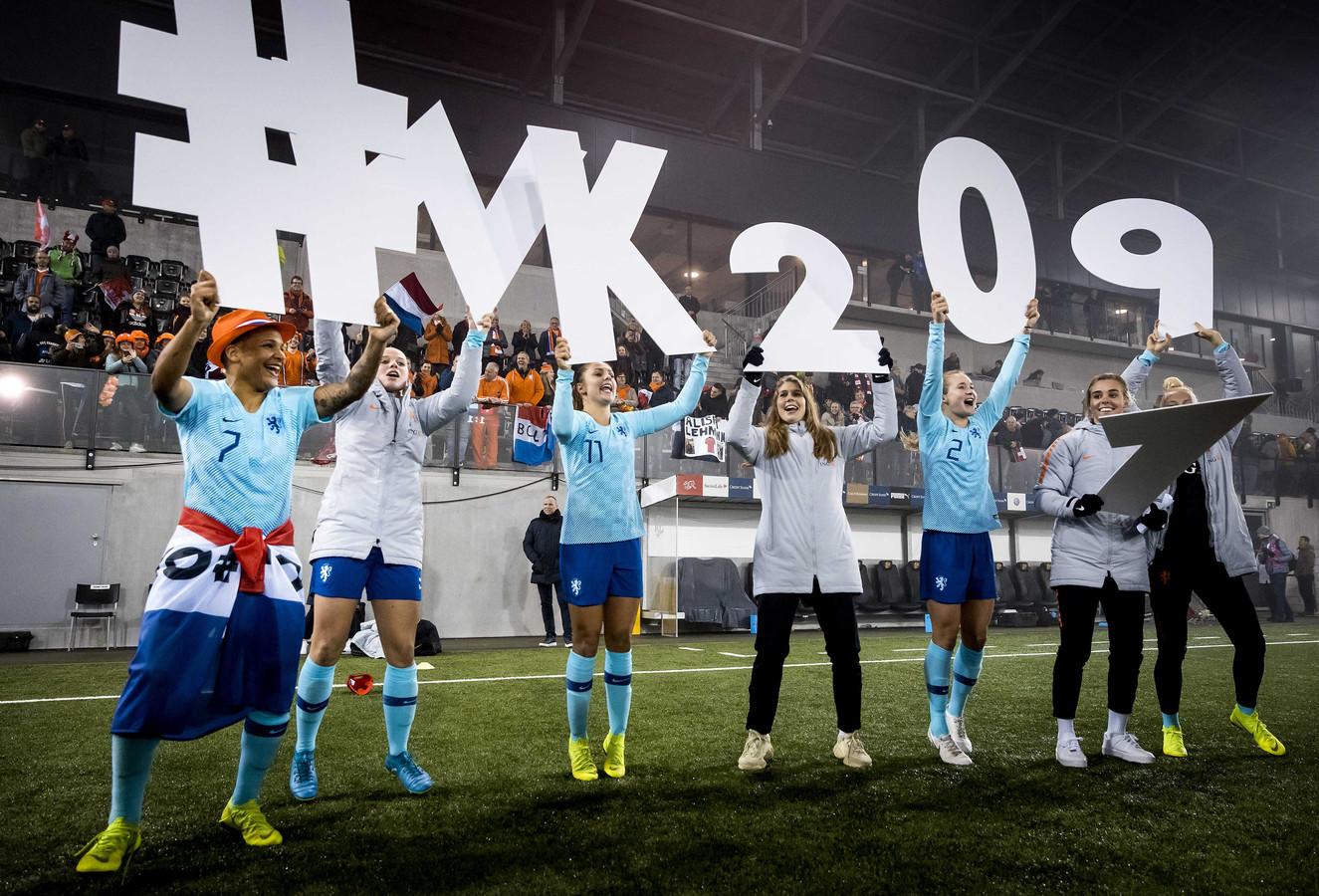 2018-11-13 20:59:55 SCHAFFHAUSEN - Het Nederlandse vrouwenelftal viert de overwinning op Zwitserland na afloop van de return in de finale van de play-offs om een WK-ticket. ANP KOEN VAN WEEL