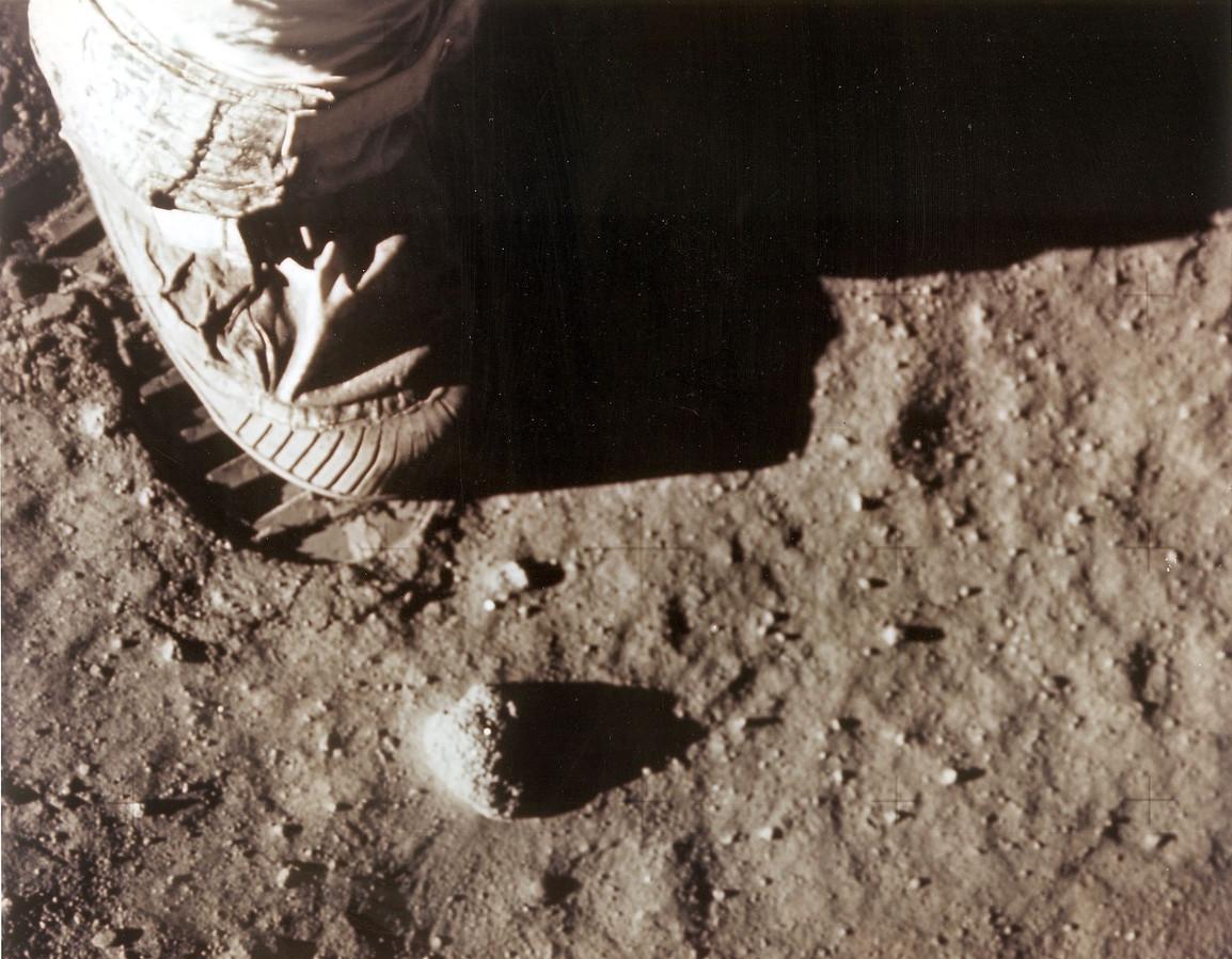 Het eerste dat Neil Armstrong moest doen was een handvol maanstof en stenen pakken