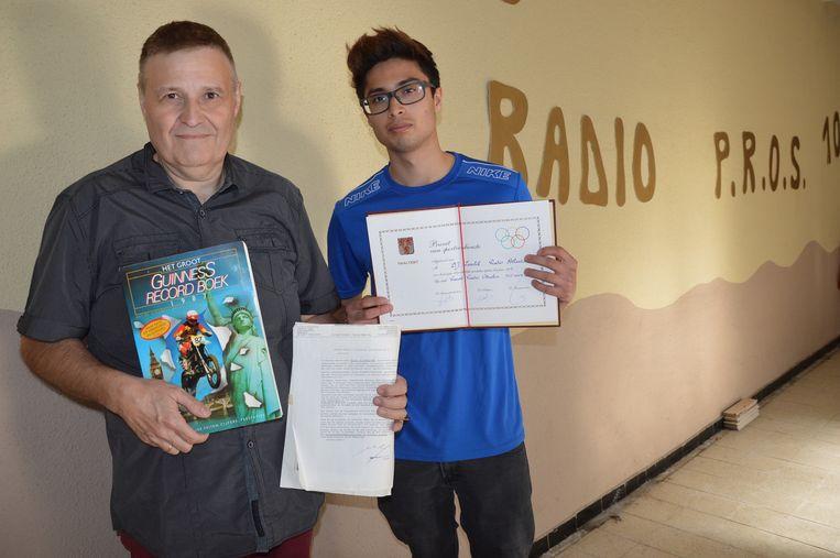 Yvan en Yoshi De Schrijver, zoon en kleinzoon van Eduard, met het toenmalige Guinness Record Book, het bewijs van de deurwaarder en het brevet van de gemeente Haaltert.