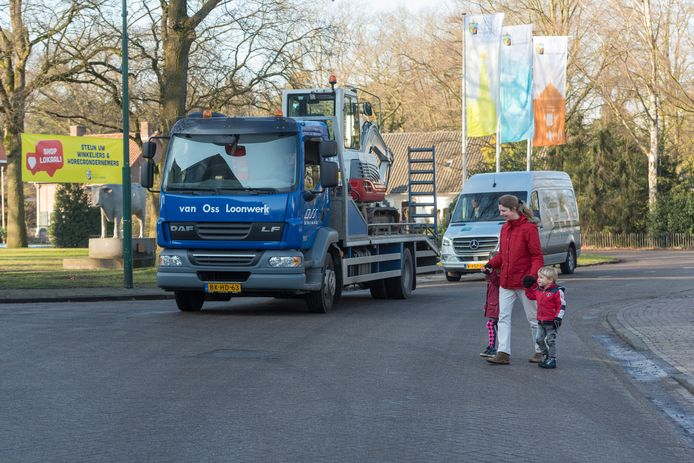 Het project Samen naar de A2, wordt steeds concreter. Astrid Huyts steekt met Lisa en Niels over op de plek waar een oversteekplaats gepland is, in het hart van Sterksel nabij de Spar en de os.