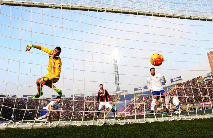 Bologna's middenvelder Anthony Mounier (niet zichtbaar) scoort in de Serie A tegen Sampdoria. Doelman Emiliano Viviano is kansloos.
