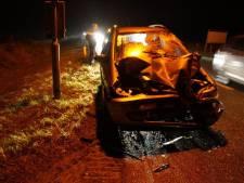 Automobilist knalt onder kerende vrachtwagen in Barchem