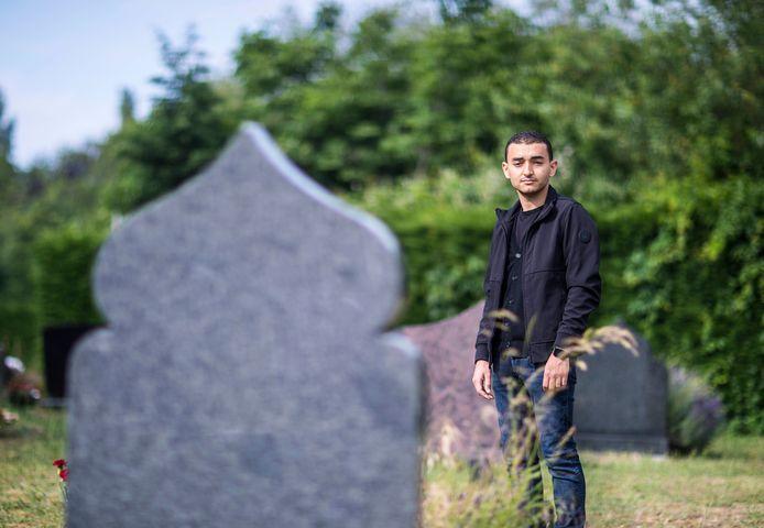 Samir Ahraui op begraafplaats Oud Eik en Duinen.