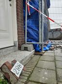 Het huisnummer, stille getuige van de crash aan de Deurningerstraat.