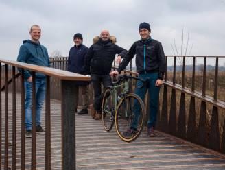 2 Many Bikers fietst, wandelt en vaart vogelkijkwand bij elkaar tijdens Expeditie Natuurpunt