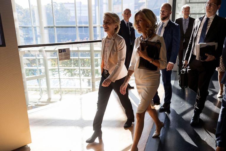 Von der Leyen verlaat het Europees Parlement. Beeld AP