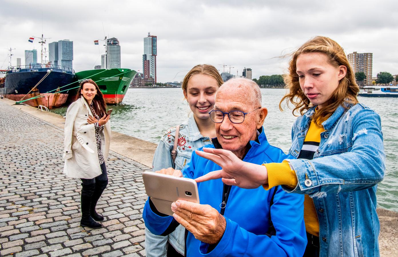 Foto ter illustratie: Jongeren gingen een dagje op pad met 100 ouderen.