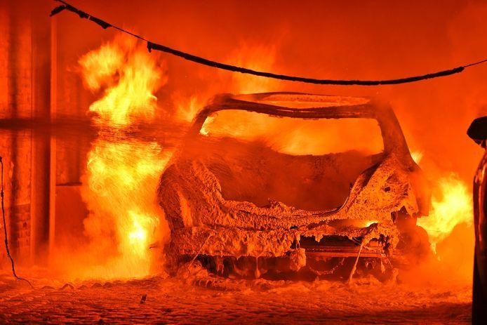 Drie voertuigen uitgebrand onder carport in Valkenswaard aan De Smelen.