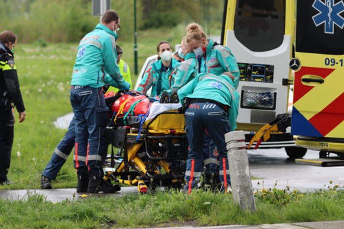 De zwaargewonde wielrenner werd na eerste hulp met een ambulance naar het ziekenhuis gebracht.