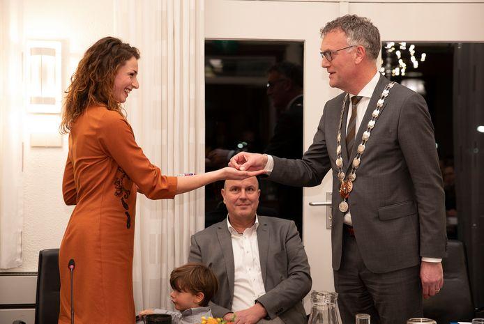 Burgemeester Hans Janssen van Oisterwijk feliciteert Stefanie Vatta bij haar beëdiging als wethouder