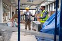 Alex van Reeuwijk, directeur nieuwbouw en strategische huisvesting van Isala en Kristiaan Blokzijl van ENGIE Services op de bouwplaats in Meppel.