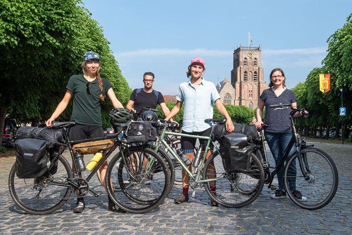 Vlnr Laura Maat, wethouder Mike Hofkens, Irene Maaskant en Marjolijn van Oosterhout. Zij hebben zojuist als eerste de Waterlinieroute gefietst.