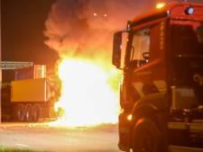 Vrachtwagen gaat in vlammen op, brand vermoedelijk aangestoken