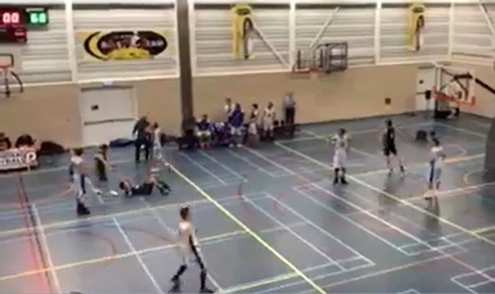 Het schot van Baros speler Niels Appel in de laatste seconde brengt de winst bij Baros 70-71 Still uit video Brigitte Ostendorf