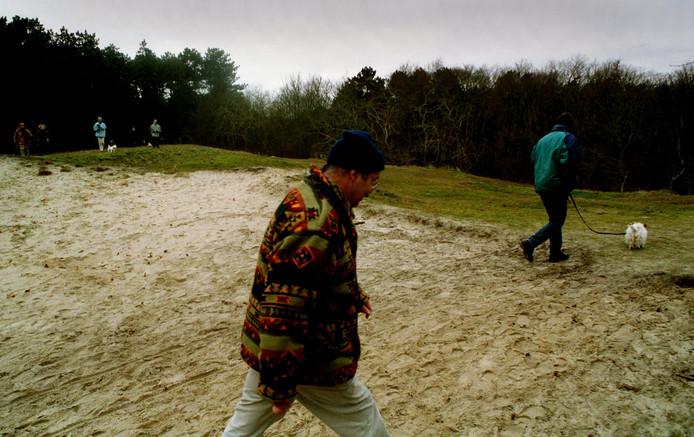 In het bos- en duingebied bij Burgh-Haamstede moeten honden aan de lijn. Met het kalf- en broedseizoen in zicht gaan boswachters de komende maanden extra streng toezien op die regel.