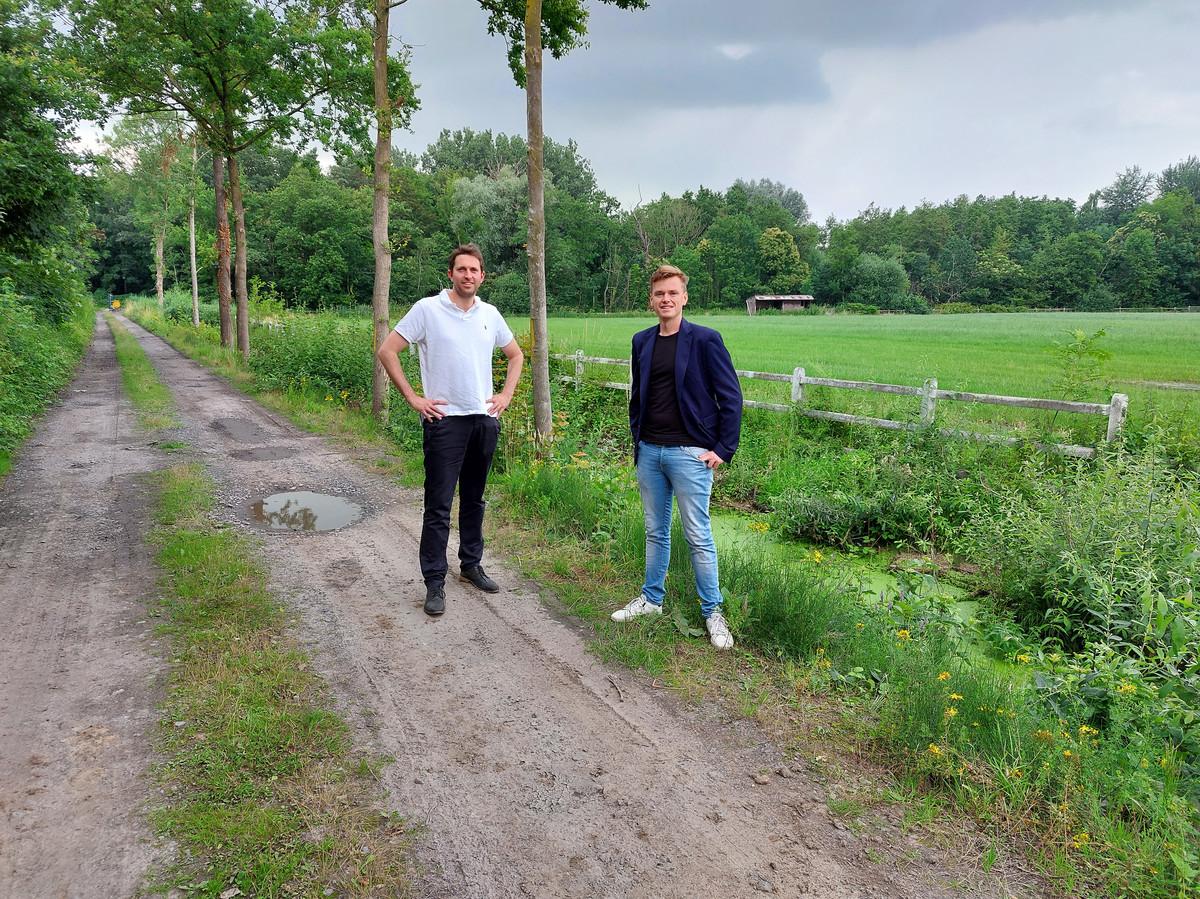 Schepen Lucas Van der Meersch (links) en schepen Sven Roegiers aan het Grossenknetenpark, waar de fietsbrug en fietstunnel aangelegd zullen worden.