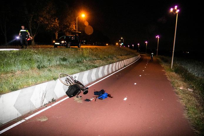 De man op de fiets is naar beneden gevallen.
