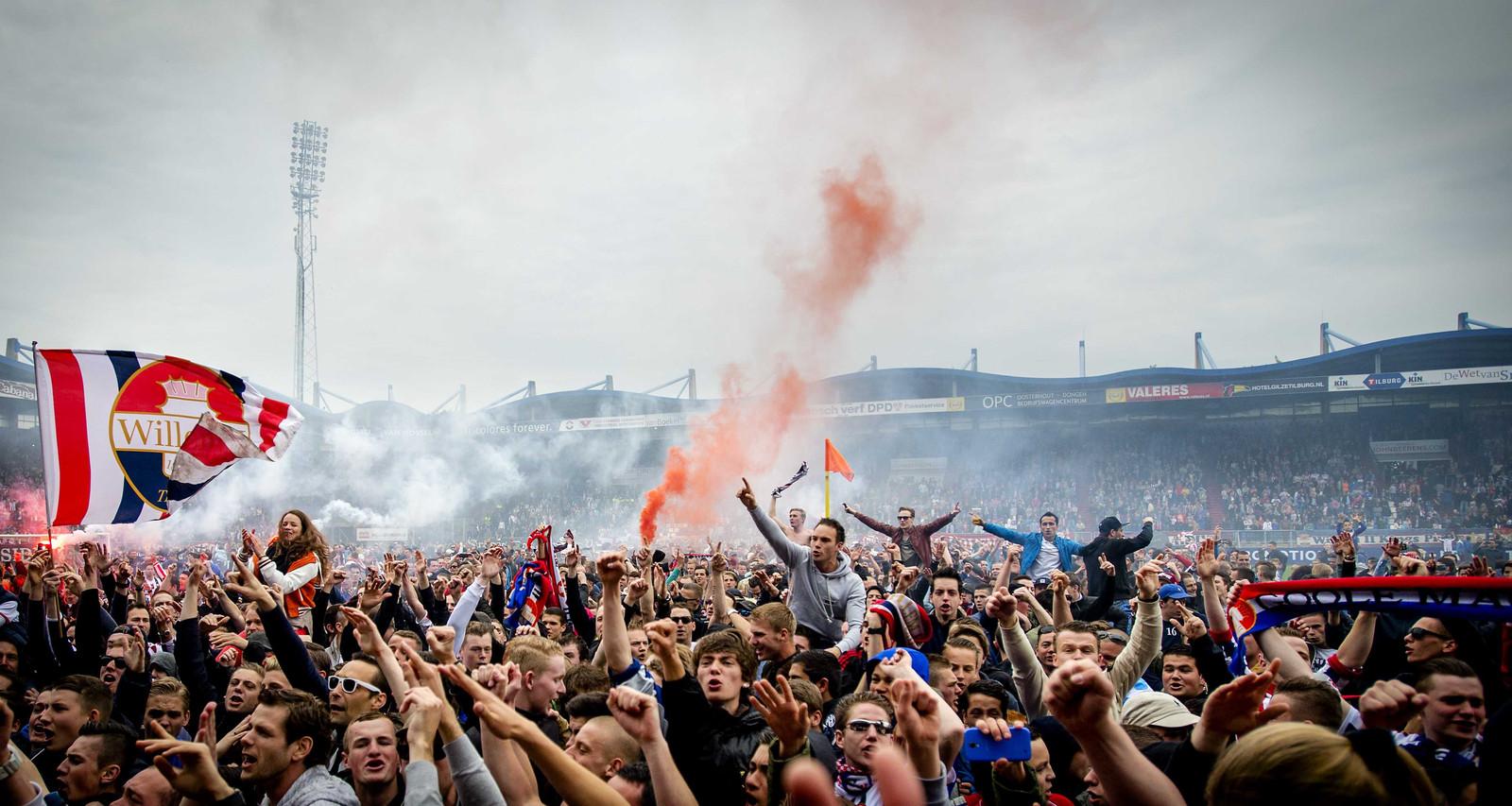Fans van Willem II stroomden het veld op na de laatste promotie van de club naar de eredivisie.