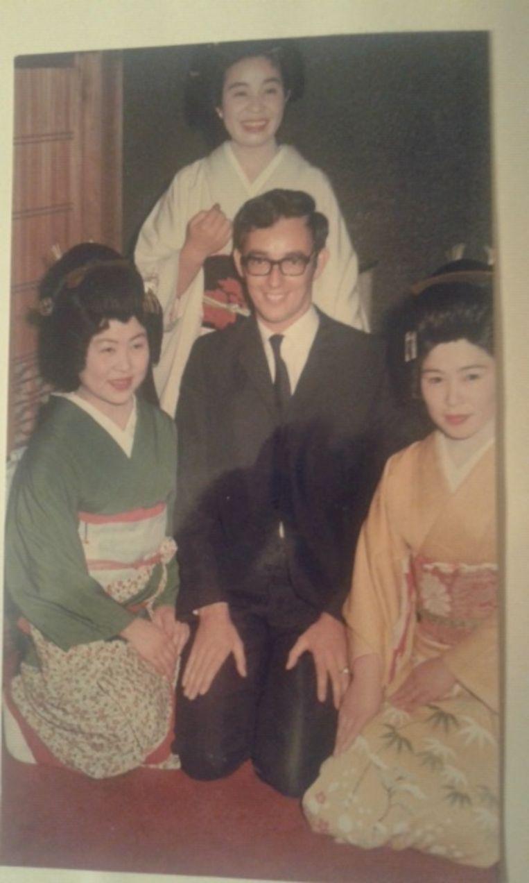 Leo van Hooft in Japan in de jaren zestig te midden van drie geisha's. Beeld PRIVEFOTO